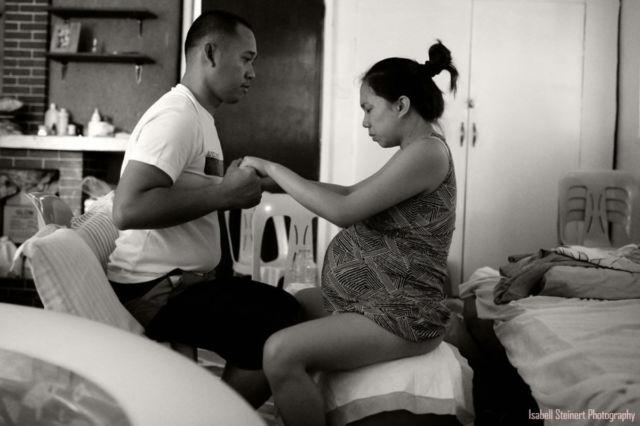 1. Sang suami dengan tenang memegang erat telapak tangan istrinya dalam proses persalinan
