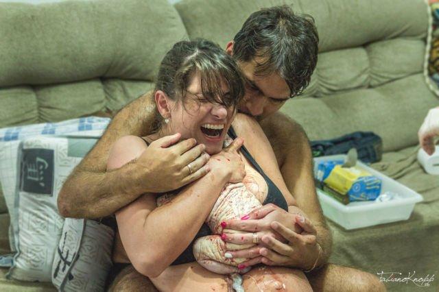 10. Meski sempat takut dan ragu, akhirnya sang ayah berhasil menarik anaknya keluar dari rahim ibu setelah diyakinkan para media