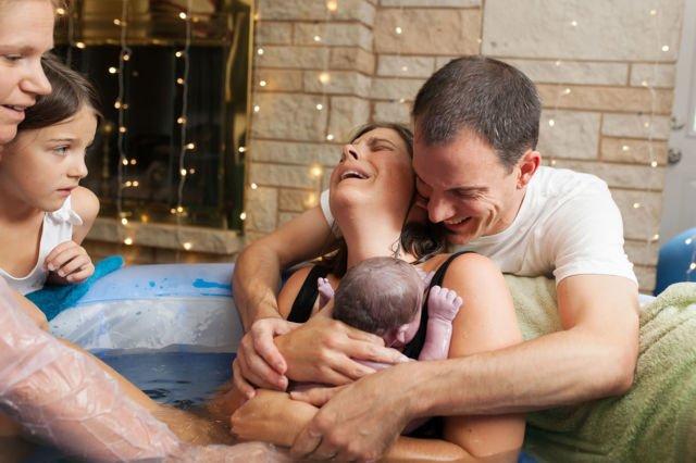 12. Proses persalinan membahagiakan lewat water birth yang disaksikan oleh segenap keluarga