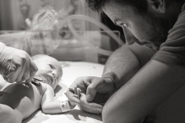 21. Sang ayah dan anaknya saling menatap dan seolah melakukan 'percakapan' hangat yang hanya diketahui mereka berdua