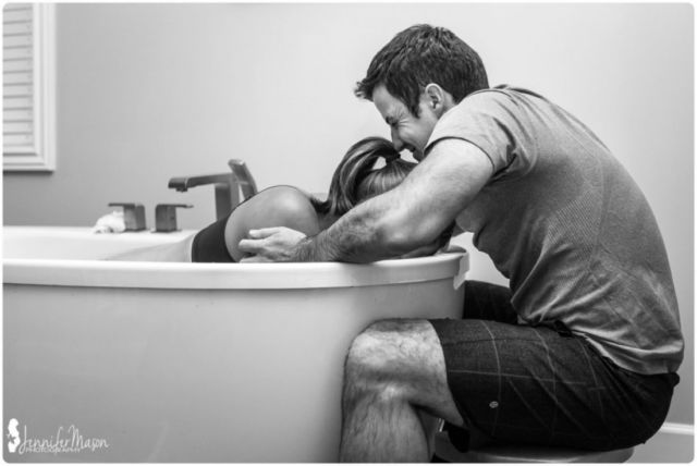 4. Suami ini mendampingi sang istri melewati masa kontraksinya