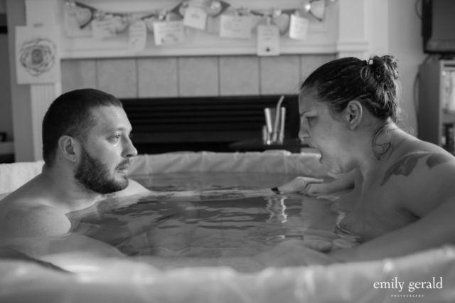 7. Saat suami ikut turun langsung dalam bak dimana istrinya akan melahirkan dengan proses water birth