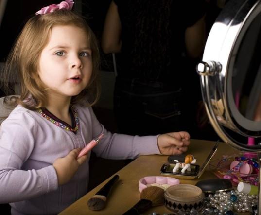 8. Kamu mungkin merasa bahwa kegiatan menggunakan make up akan membuatmu terlihat seperti balita yang lagi main rumah- rumahan