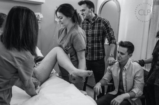 Suami menyaksikan proses persalinan bersama keluarga