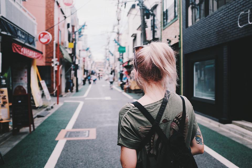 10. Mereka sangat menyukai travelling sendirian dan nggak pernah takut tersesat.