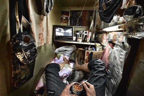 4. Menonton Televisi