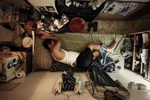 9. Buruh Hong Kong tidur di tempat tinggalnya
