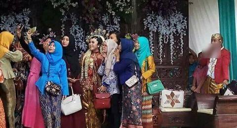 Pengantin perempuan sibuk wefie bersama teman- temannya