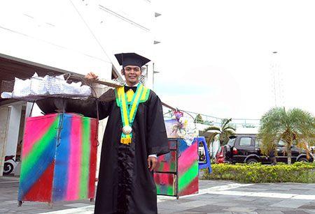 Asnawi, berhasil meraih gelar sarjana dengan jualan gorengan