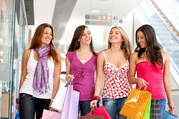 2. Kalau dia memang hobi banget ngutang, pastikan kamu bawa teman lagi pas makan atau jalan- jalan bareng dia