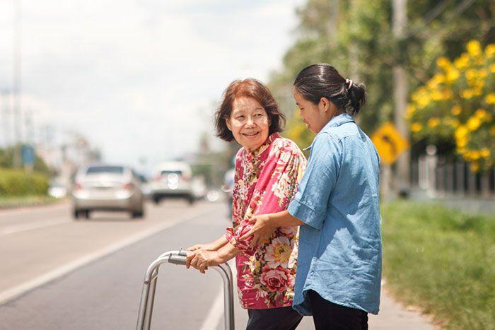 3. Berikan Pujian dan Bantu Orang Lain Akan Membuatmu Semakin Bahagia dan Berkualitas