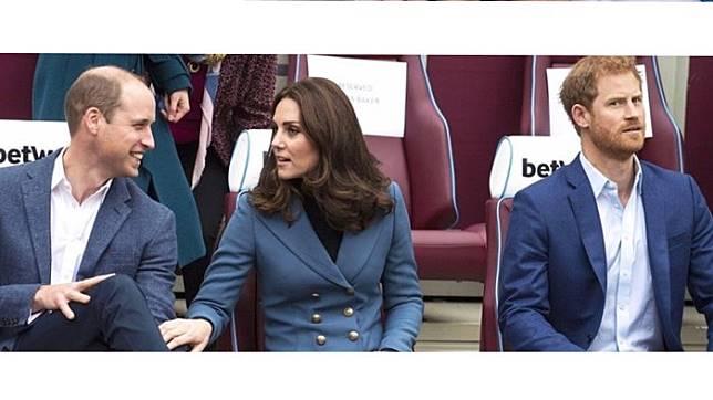 5. Sedihnya saat mereka asik ngobrol berdua. Pangeran Harry pun sempat dicuekin