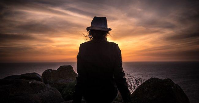 Wanita duduk sendirian, merenung dan memaafkan masa lalu
