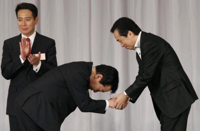 Orang memberi salam dengan membungkukkan badan di Jepang