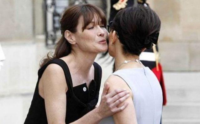 Orang Perancis saling cipika- cipiki dalam memberi salam