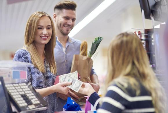 Di Belanda wajib bayar sendiri- sendiri kecuali memang ada yang menjanjikan traktiran