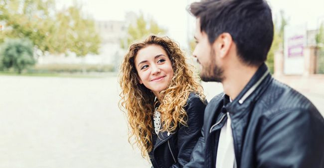 Gemini tidak mudah bersikap romantis pada pasangannya.