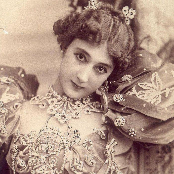 "Carolia Otero adalah aktris sekaligus penari dari Perancis di tahun 1900-an. Carolia sangat populer di masanya, dan bahkan menjadi favorit keluarga kerajaan dan mendapat sebutan ""La Belle"""