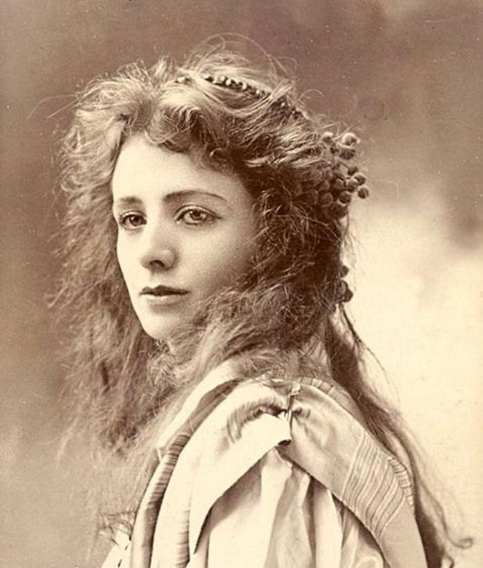 Maude Adams terkenal lewat perannya sebagai Peter Pan di pentas Broadway Amerika di abad ke-20