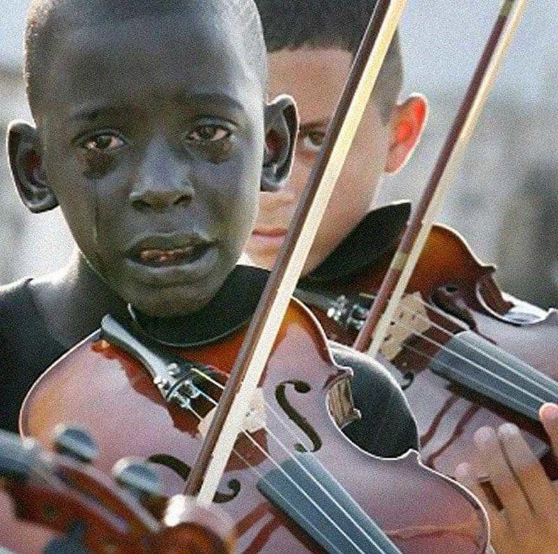 2. Anak berusia 12 tahun bernama Diego bermain biola untuk upacara perpisahan guru tercintanya