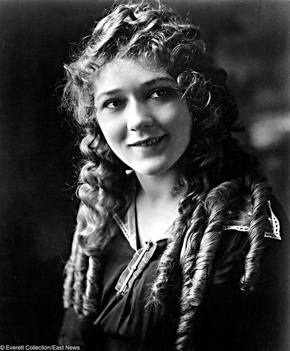 6. Gladys Louise Smith adalah seorang wanita berkebangsaan Kanada yang membuat banyak orang jatuh hati karena kecantikan rambut ikalnya