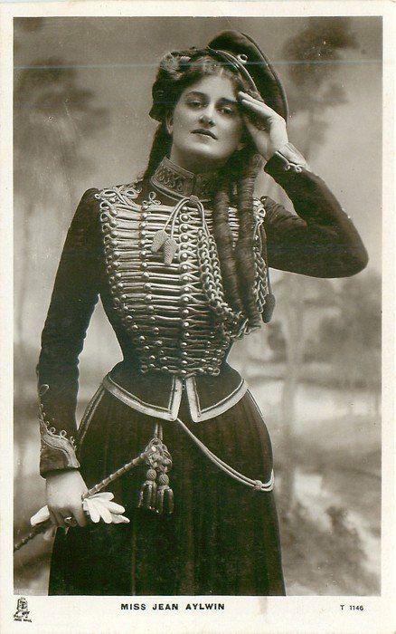Wanita bernama Jean Alwyn ini bukan hanya cantik, tapi mempunyai bentuk tubuh aduhai yang mirip seperti jam pasir