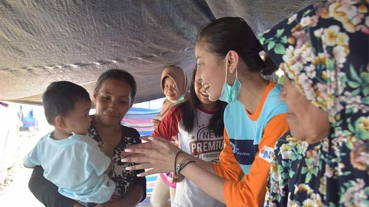 Awkarin saat menjadi relawan gempa Palu