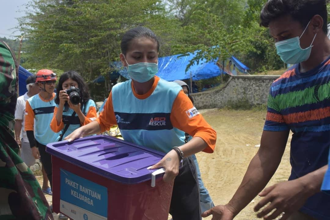 Awkarin menjadi relawan gempa Palu