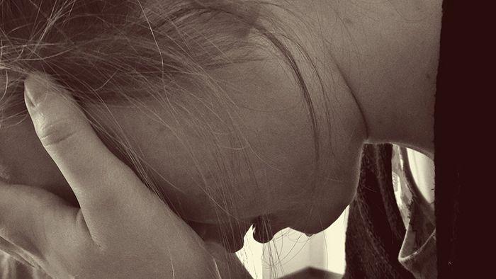 Perempuan sendiri dan sedih, gagal dan hilang harapan