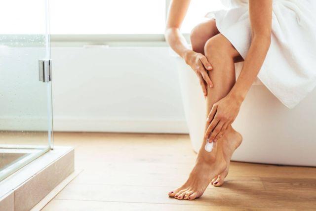 6. Di bagian akhir, bersihkan kaki dan oleskan pelembab agar kakimu mulus dan memperhalus bulu yang tumbuh baru usai dicukur