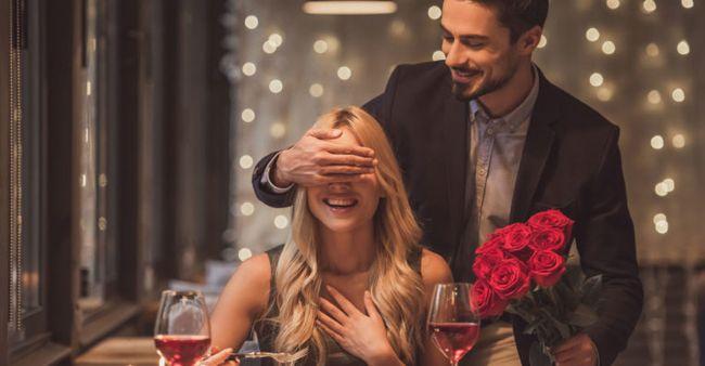 Pasangan merayakan ulang tahun pernikahan