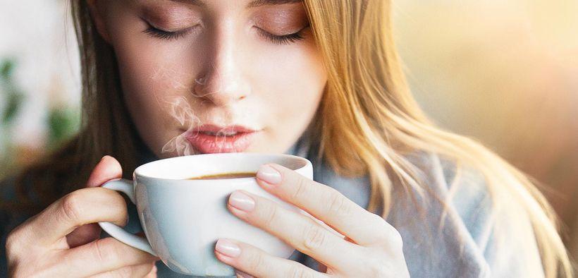 Wanita cantik minum kopi