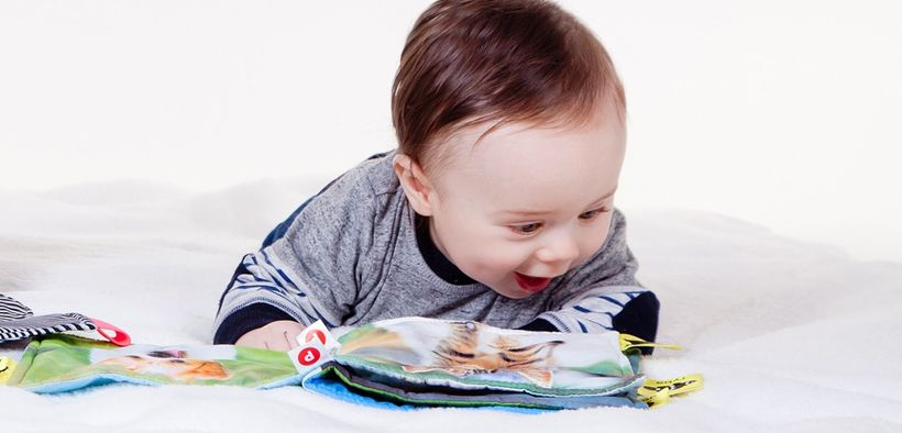 Anak kecil membaca, generasi cerdas masa depan