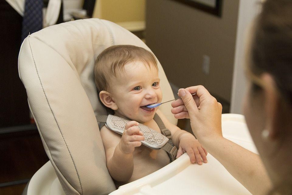 Tips memberi makan anak bayi
