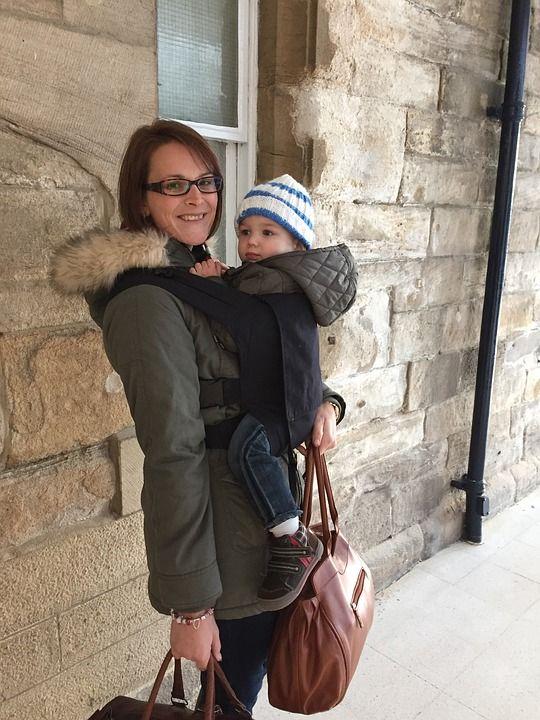 Menggendong anak bayi juga sering menjadi perdebatan