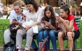 Anak- anak muda kecanduan smartphone