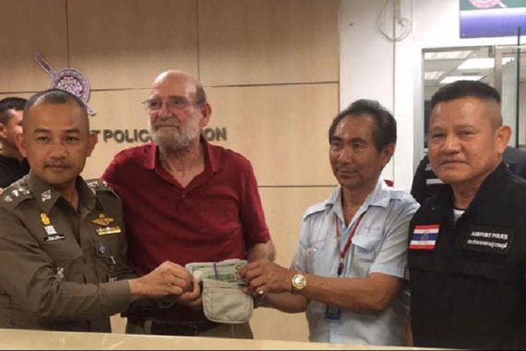 Sopir taksi jujur mengembalikan uang penumpangnya 146 juta
