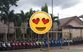 Satpam rajin menata motor siswa berdasarkan merk dan warna