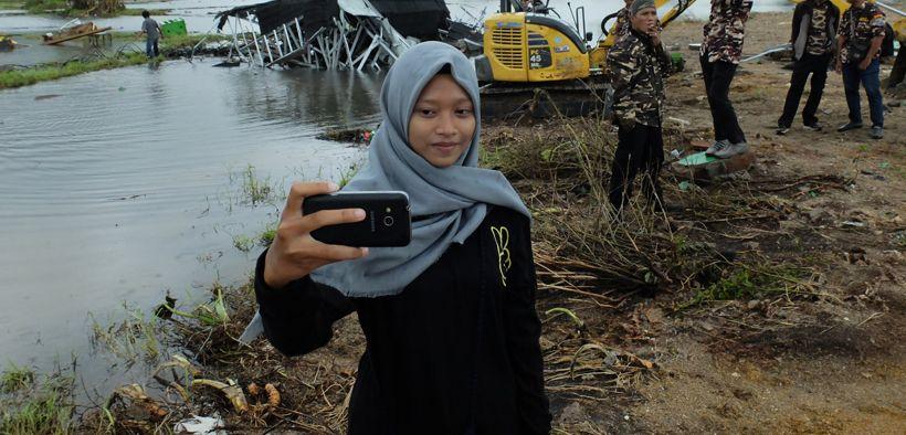 Valentina Anastasia melakukan selfie di lokasi tsunami (Fotografer: Jamie Fullerton)