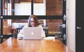 5 Cara Mengatasi Kulit Kering Akibat Kerja di Ruangan ber- AC