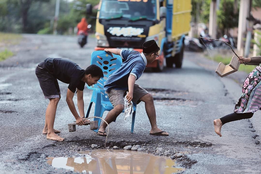 Viral! Protes Jalan Rusak di Sumsel, Pemuda ini Jadikan Jalan sebagai Obyek Foto Model