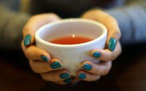 Hentikan kebiasaan minum teh panas
