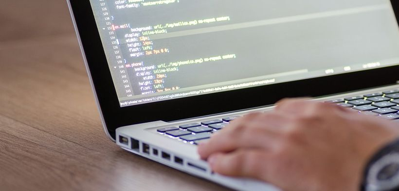 Bekerja sebagai seorang programmer